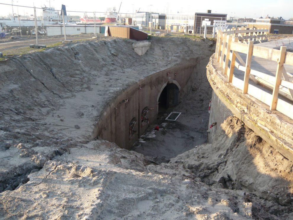 In 2009 lag Fort Harssens nog bedolven onder het zand.